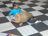 Мальчик играет на  мриданге. Вриндаван -храм Кришна Баларам  мандир Исккон 2011(авг)